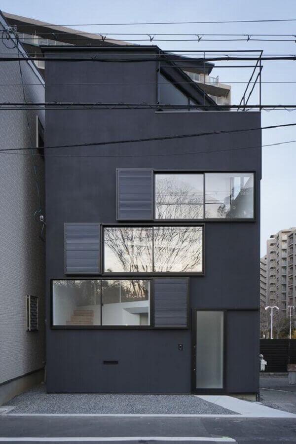 fachada de casas minimalistas modernas preta com janelas de vidro Foto Architizer