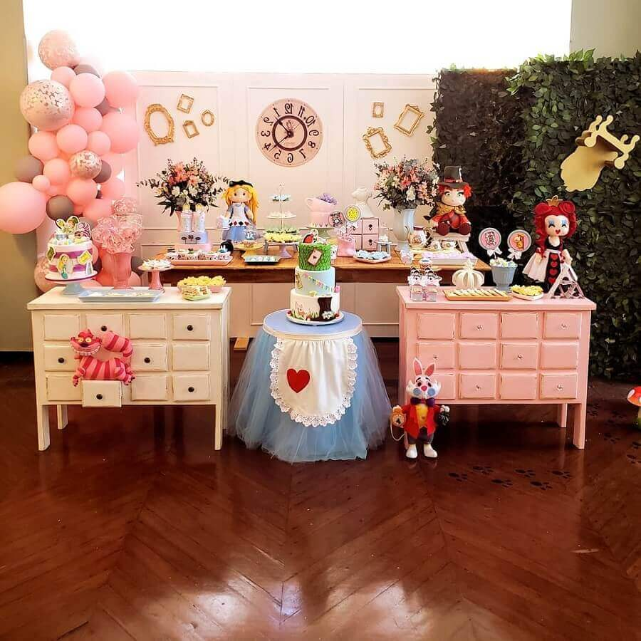 Alice party in Wonderland simple decorated all in pink Photo 3 In Action Parties