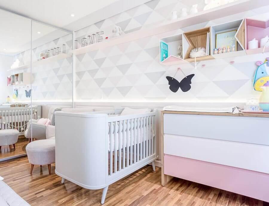 guarda roupa espelhado para decoração de quarto de bebê branco e rosa Foto Assetproject