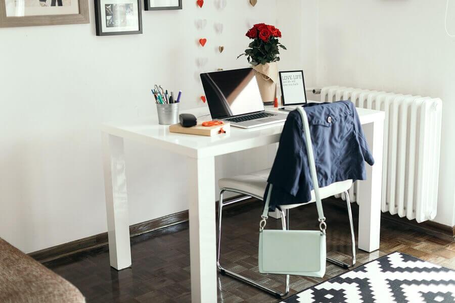 home office com decoração simples Foto GettyImages