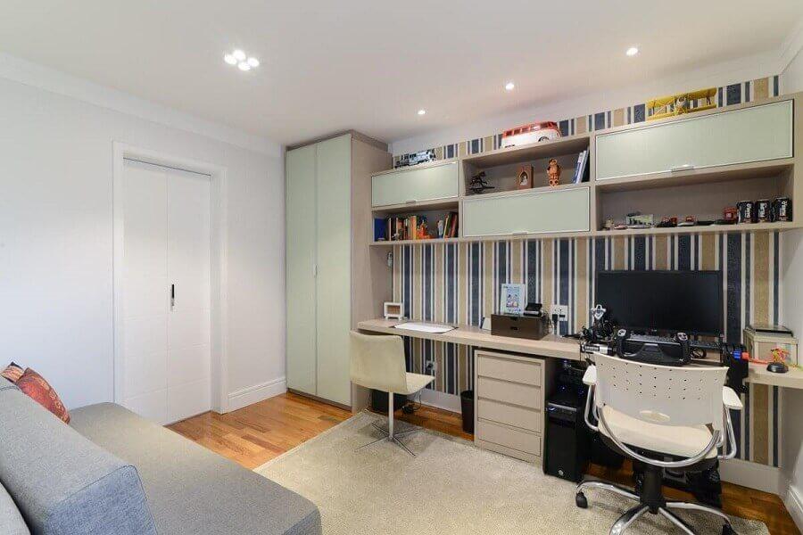 home office decorado com papel de parede listrado Foto LAM Arquitetura & Interiores