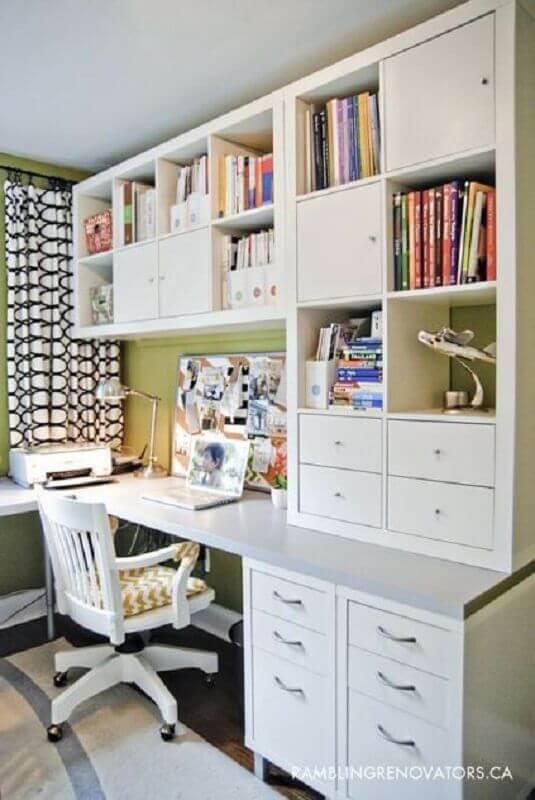 home office planejado com escrivaninha de canto branco com estante Foto Pinterest