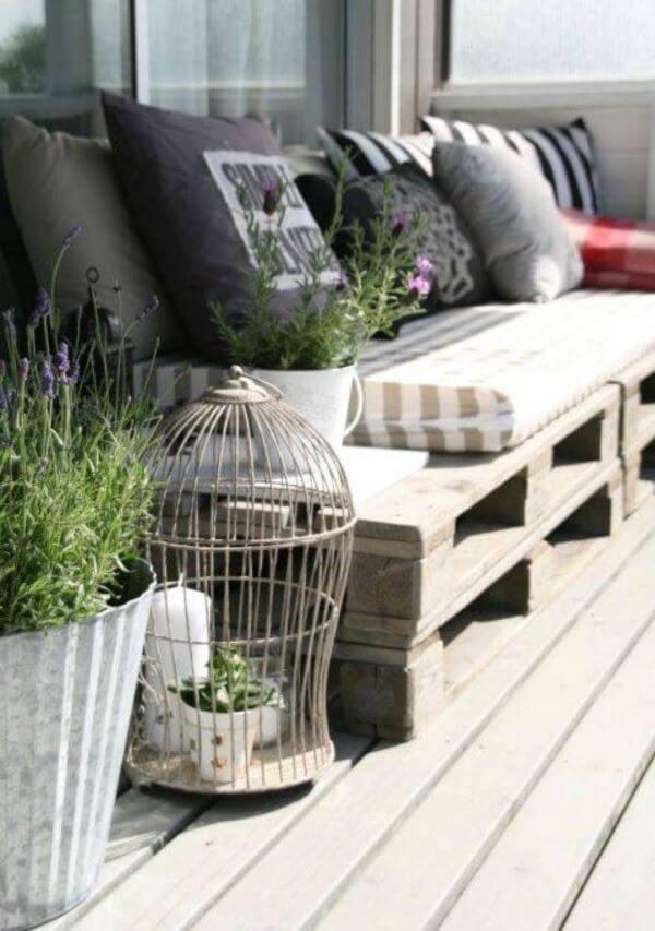 Sofá de palete para varanda aconchegante