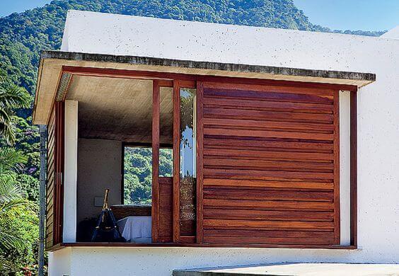 Janela de madeira ampla para casa moderna