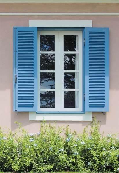 Janela de madeira azul para casa moderna