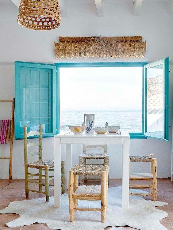 Janelas de madeira azul em frente ao mar