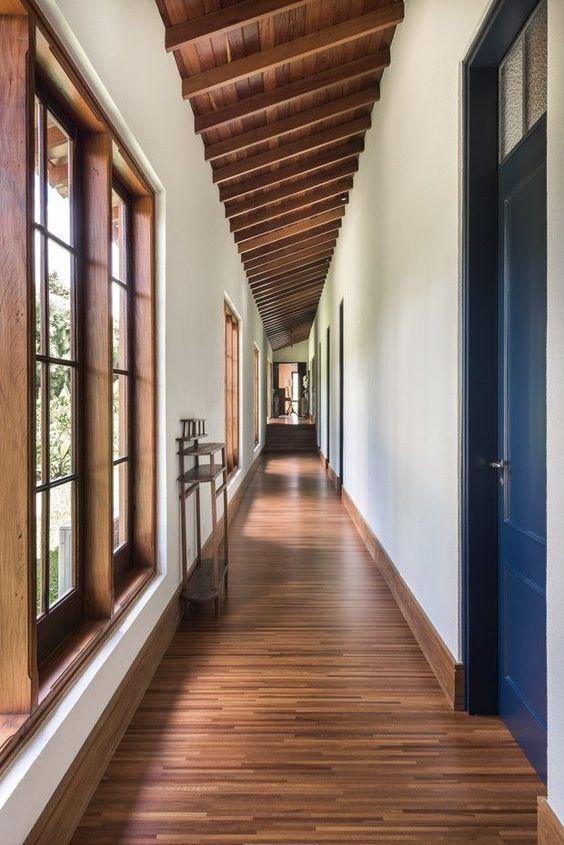Janela de madeira no corredor de casa