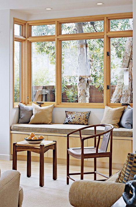 Janelas de madeira para sala com sofá confortável