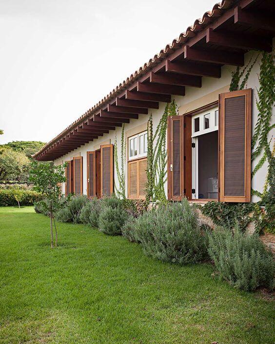 Casas com janelas de madeira