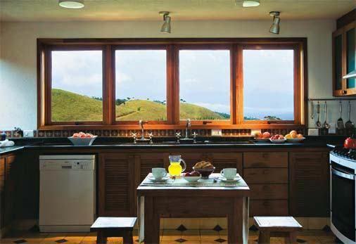 Janelas de madeira para cozinha com vista para o jardim