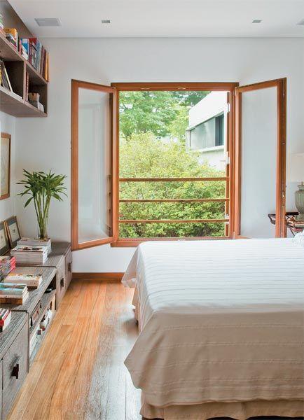 Janelas de madeira no quarto de casal