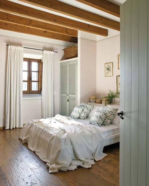 Janelas de madeira para quarto clean com cortina blecaute branca