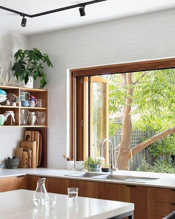 Use janelas de madeira para cozinha que sejam arejadas e amplas