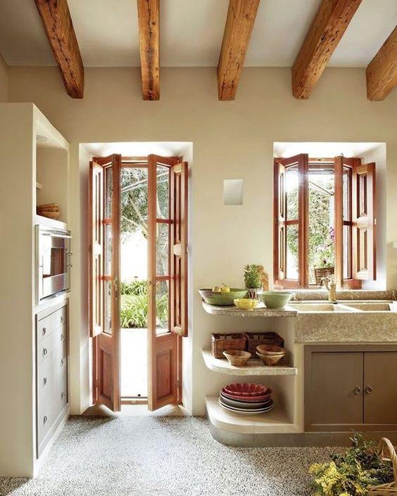 Janelas e portas de madeira para cozinha combinando