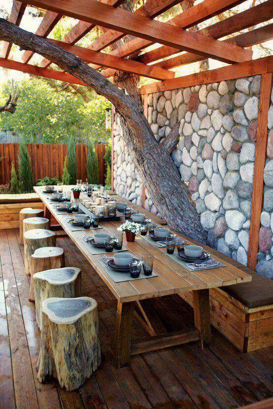 Jardim com mesa de madeira rústica