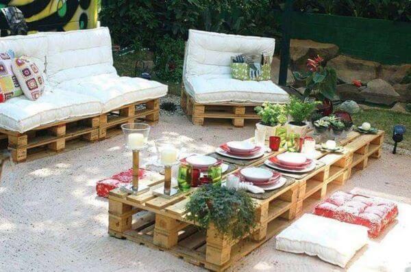 Jardim com sofá de palete estofado branco