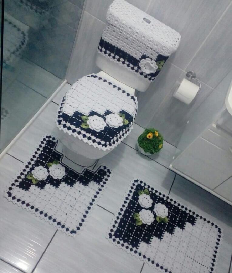 jogo de banheiro com flores de crochê branco e azul marinho Foto Agulha da Lele