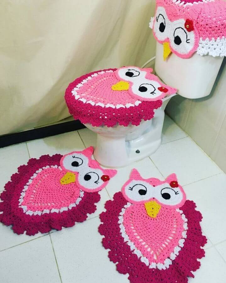 jogo de banheiro de coruja rosa de crochê Foto Marina Sennas Ateliê