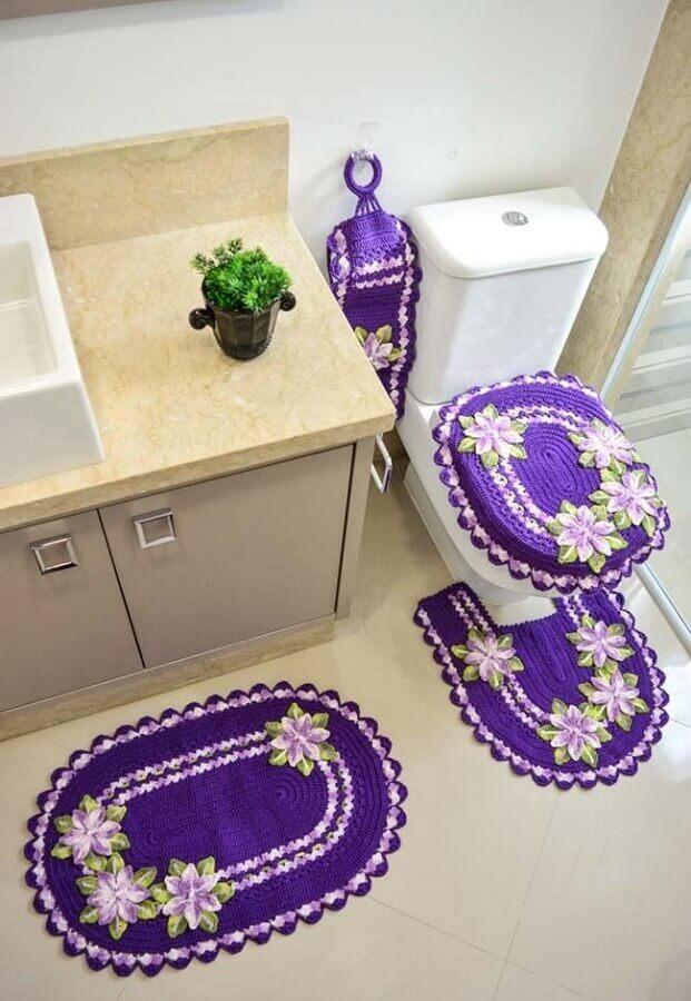 jogo de banheiro de crochê com flores roxas e lilás Foto Lia's Crochet