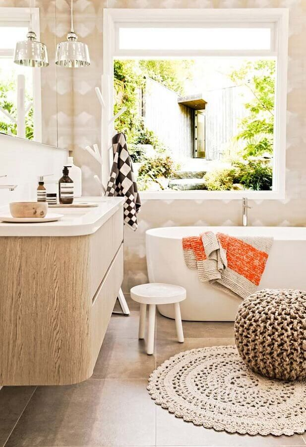 jogo de tapete e puff de crochê para decoração de banheiro com banheira Foto Revista Artesanato