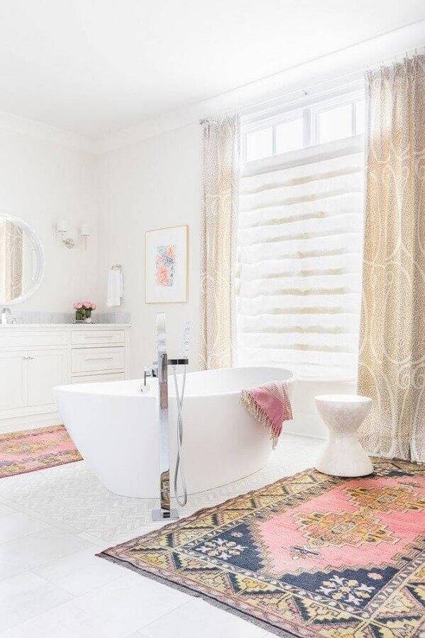 jogo de tapete para banheiro amplo todo branco com banheira Foto Apartment Therapy