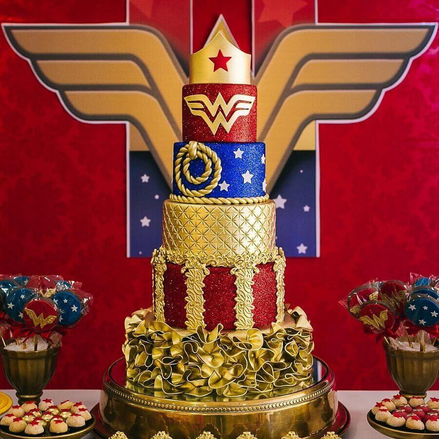 lindo bolo 5 andares decorado para festa mulher maravilha Foto Andrea Andrade Cake Designer