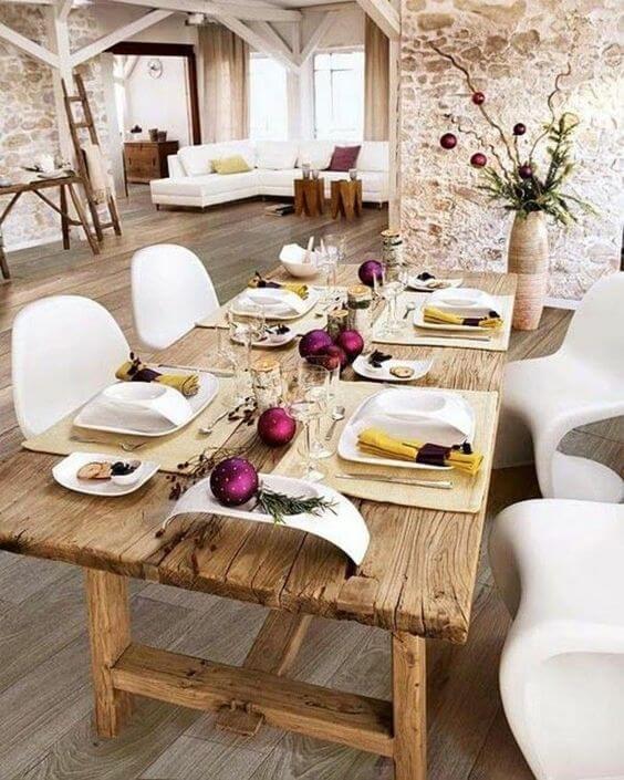Loft com mesa de madeira rústica