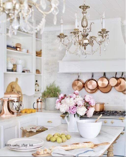 Lustres antigos na cozinha moderna