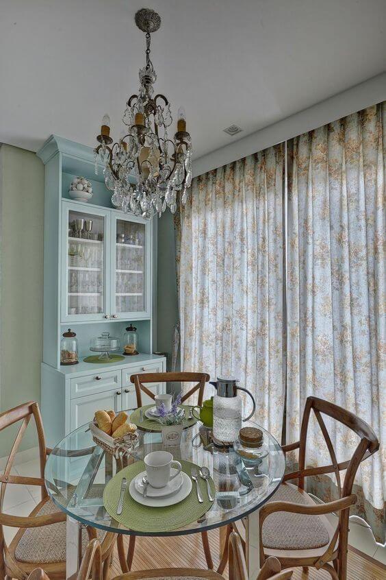 Sala de jantar com lustres antigos e pequenos