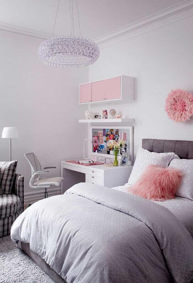 lustre de cristal redondo para quarto de menina cinza e rosa Foto Apartment Therapy