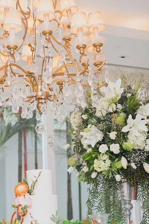 Lustre dourado para decorar sala de estar em festas comemorativas