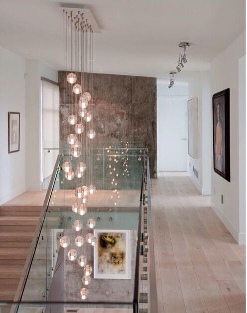 Que tal incluir um lustre para escada na sua decoração
