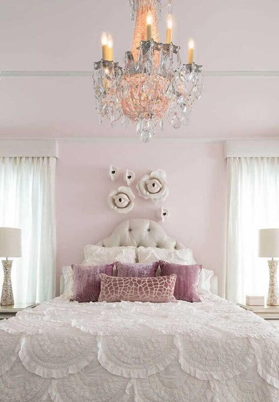 Lustre de cristal no quarto de menina