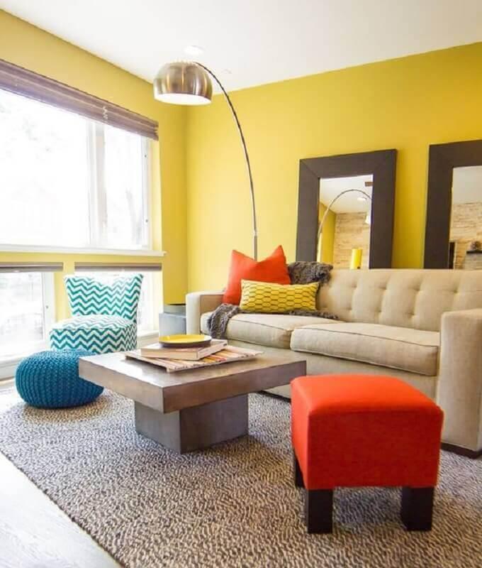 móveis coloridos para decoração de sala com parede amarela Foto Apartment Therapy