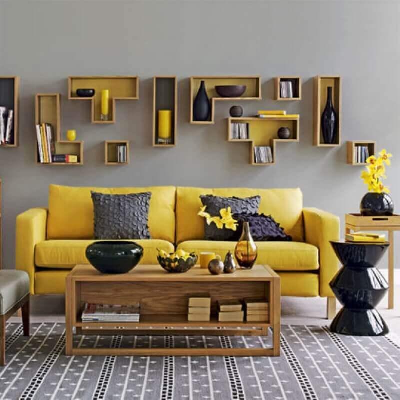 mesa de centro de madeira para decoração de sala cinza e amarela Foto Dcore Você