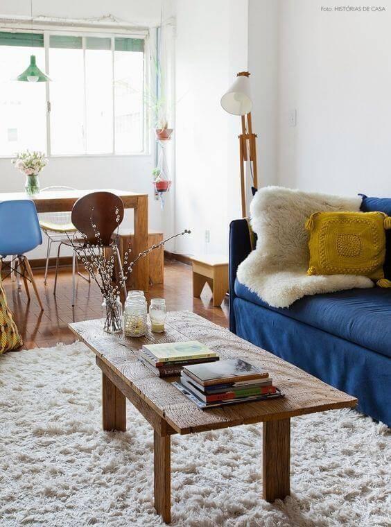 Mesa de centro de mesa de madeira rústica na sala colorida