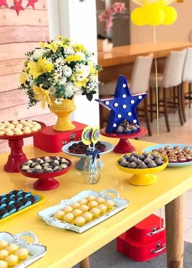 mesa de doces decorada para festa mulher maravilha Foto Compartilhar Bolo