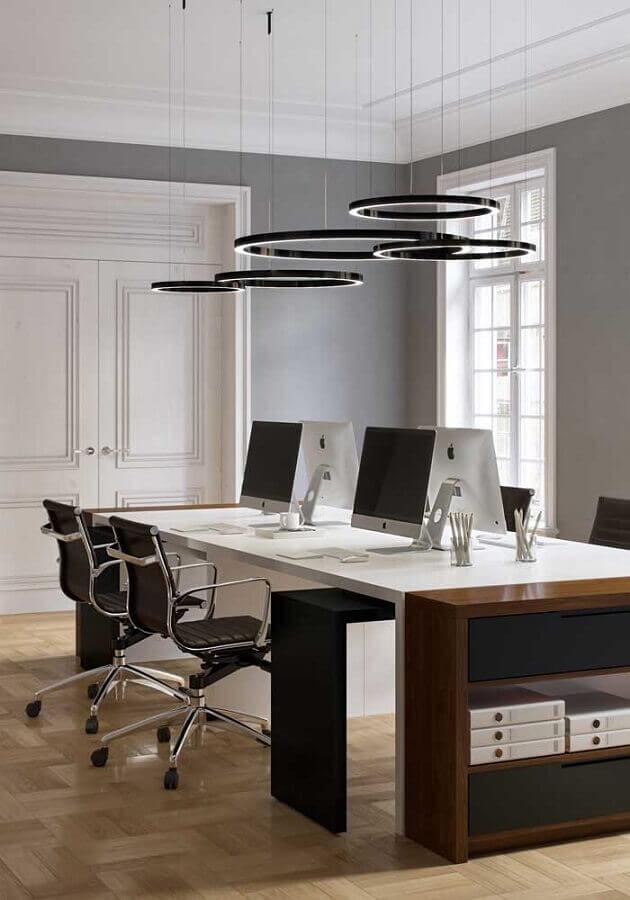 mesa de escritório branca Foto Behance