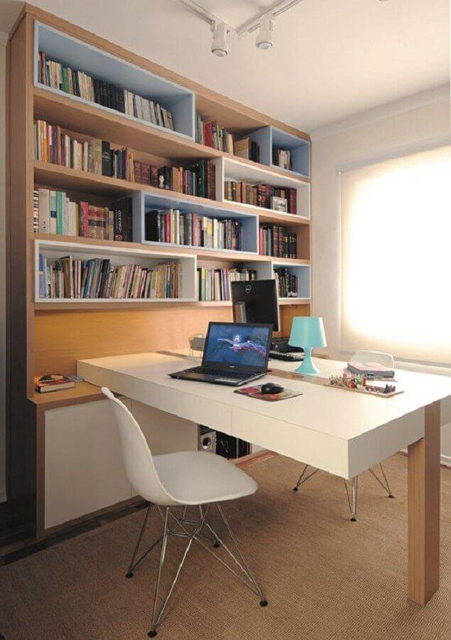 mesa de escritório branca planejada com perna de madeira Foto Minha Casa