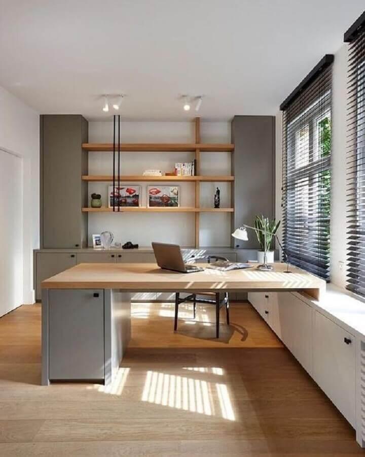mesa de escritório com armário de aço e tampo de madeira Foto Behance