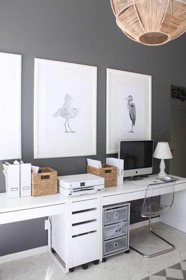 mesa de escritório com gaveta branca decorada com cadeira de acrílico transparente Foto Webcomunica