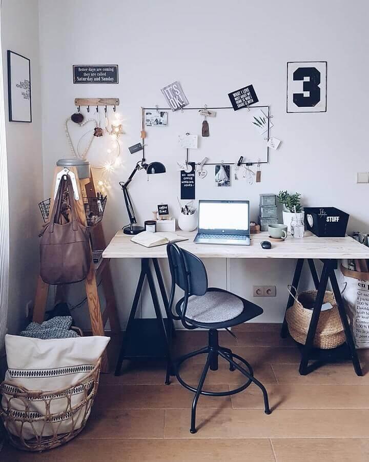 mesa de escritório simples com cavaletes pretos e tampo de madeira Foto Iza Kochana