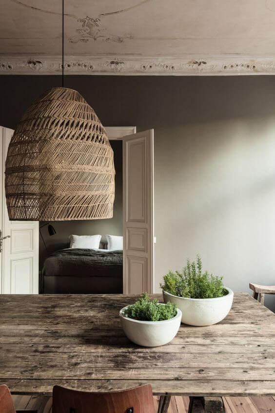 Lustre combinando com a mesa de madeira rústica