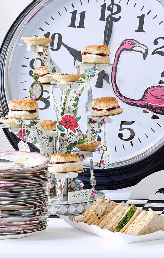 decorated snack table for alice party in wonderland Foto Pinterest