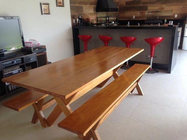 mesa de madeira com banco