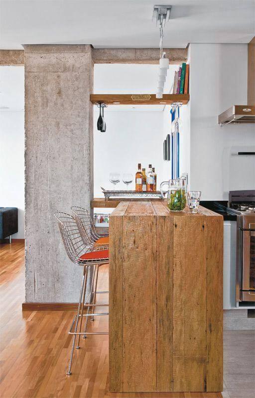 Mesa de madeira rústica como balcão de cozinha