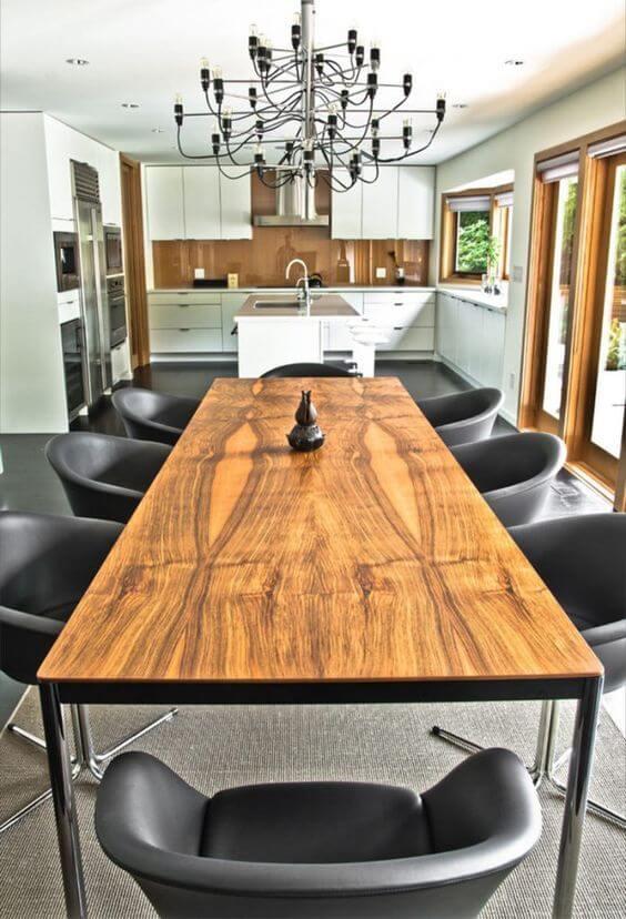 Mesa de madeira rústica com elementos modernos