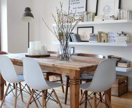 mesa-de-madeira-rustica-com-cadeiras-brancas