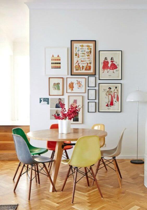 Mesa de madeira rústica com cadeiras coloridas na cozinha