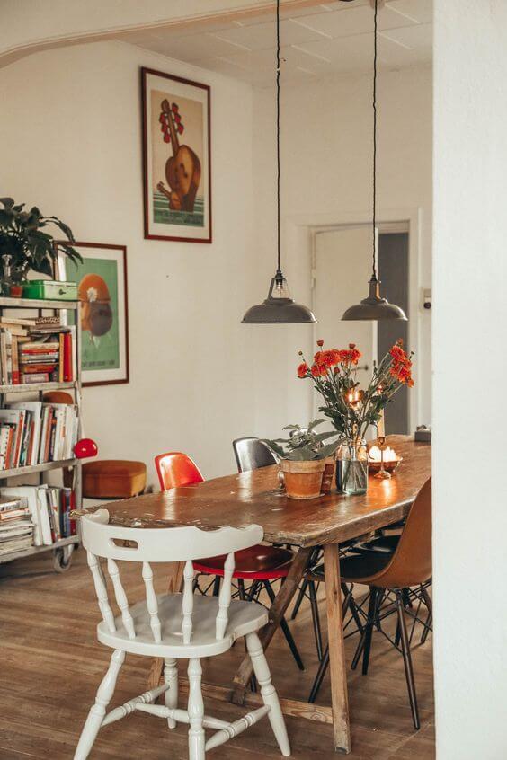 Mesa de madeira rústica com cadeiras
